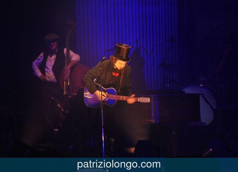 vinicio-capossela-chitarra-02-12-08.jpg