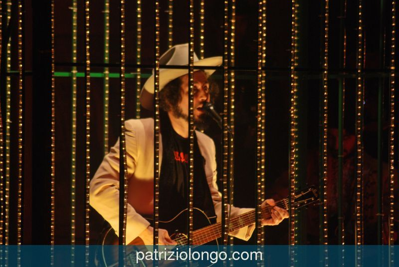 vinicio-capossela-chitarra-fili-12-08.jpg