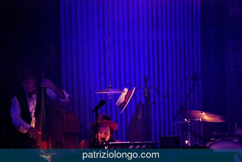 vinicio-capossela-piano-02-12-08.jpg