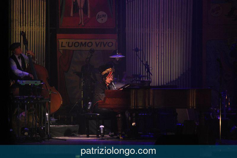 vinicio-capossela-piano-03-12-08.jpg