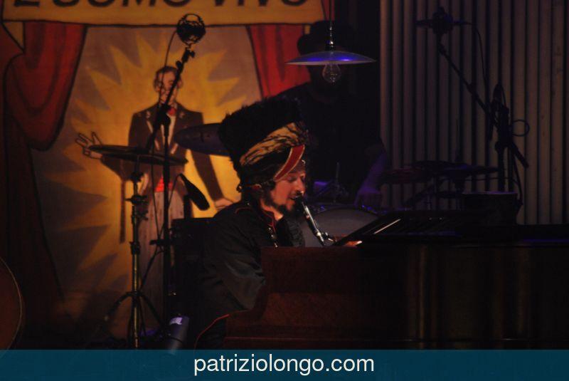 vinicio-capossela-piano-04-12-08.jpg